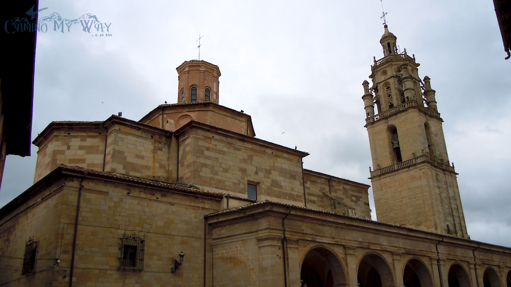 Photo of gray skies over the stone church in Los Arcos, Spain